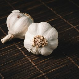 HOW GARLIC HELPS TO REDUCE DANDRUFF?
